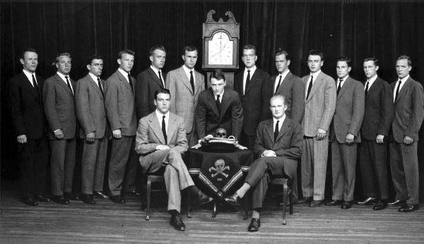 Масонската Ложа Череп и Кости – 322 в Йеилския университет през 1947 г. - прав до часовника вляво е Джордж Буш Старши - Плоската Земя - СТАМАТ