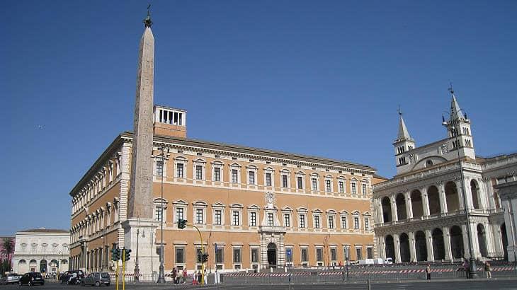 Латеранския дворец, резиденцията на Папите, е построен от Император Константин I-ви, а обелискът е поставен от сина му - Плоската Земя - СТАМАТ
