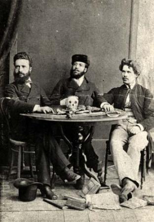 Христо Ботев с Никола Славков и Иван Драсов в Румъния през 1875 година, с Масонските символи: череп, кости и саби - Плоската Земя - СТАМАТ