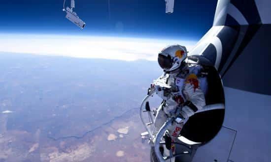 Камера с обикновен обектив ни представя външния равен хоризонт при скока на Феликс Баумгартнер - Плоската Земя - СТАМАТ
