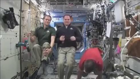 NASA - Актьори-астронавти закачени с тънки жици на хамути 1 - Плоската Земя - СТАМАТ
