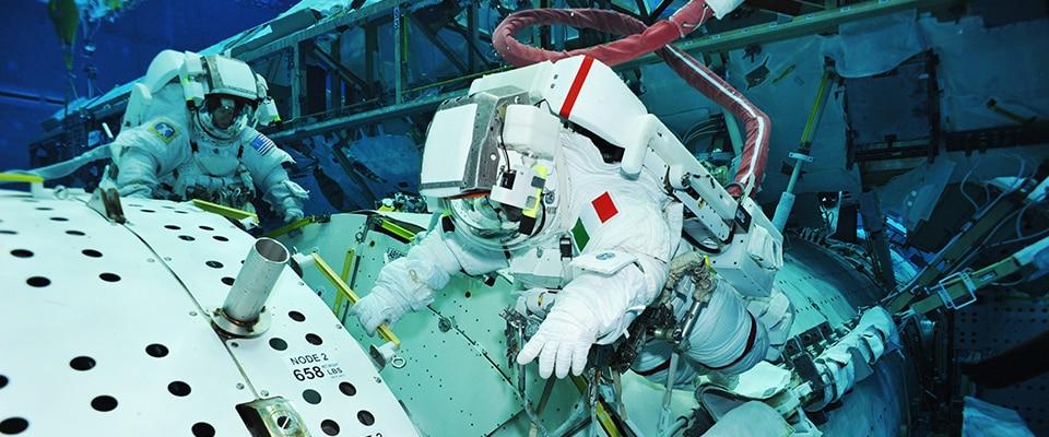 NASA-Лабораторията за Неутрална Плаваемост - сцената за фалшифициране на открития космос 2 - Плоската Земя - СТАМАТ