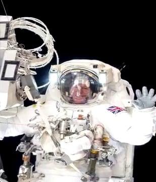 Отражения на студийното осветление в скафандъра на Астро-НЕ-то Майор Тим Пийк - Плоската Земя - СТАМАТ