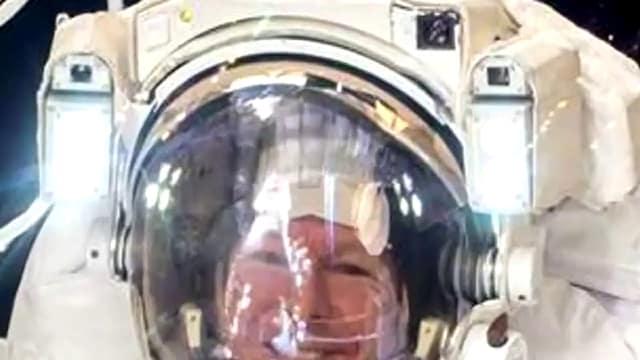 Отраженията на студийното осветление в скафандъра на Астро-НЕ-то Майор Тим Пийк - Плоската Земя - СТАМАТ