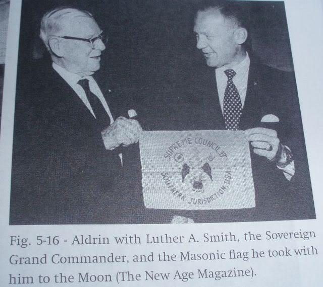Масонът Лутър А. Смит, Суверенен Велик Командир, и Масонът 33-та степен Бъз Олдрин с Масонския флаг, който уж занесъл на Луната - Плоската Земя - СТАМАТ