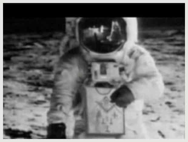 Нийл Армстронг с Масонската си престилка на фотография направена уж на Луната - Плоската Земя - СТАМАТ
