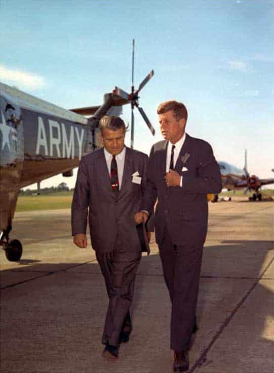 SS-офицерът и Масон 33-та степен Д-р Вернер фон Браун развежда Президента Кенеди из базата в Редстоун - Плоската Земя - СТАМАТ