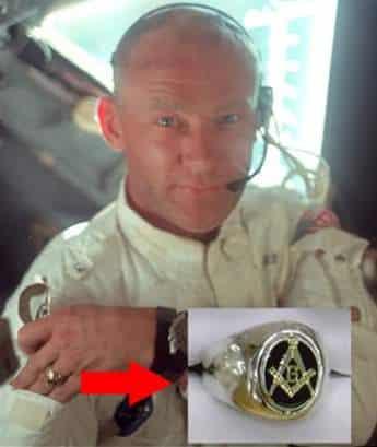 Бъз Олдрин с Масонски пръстен и символичен жест уж на път за Луната - Плоската Земя - СТАМАТ